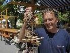"""Mit handwerklichen Erzeugnissen, wie dieser Hängedekoration, wartet der Vandanser Robert Ganahl am 17. Juni beim """"Gmesmarkt"""" am Vandanser Kirchplatz auf."""
