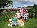 """Sam, Sarah, Lina, Amelie und Laurenz mit den Hunden """"Crissy"""" und """"Ivanhoe"""" genießen den sonnigen Tag im Lachenmahd."""