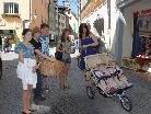 """Schülerinnen des BG Feldkirch-Rebberggasse im Einsatz für die Aktion """"Dabo"""" in der Feldkircher Innenstadt."""