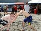 Spannende Kämpfe und Party verspricht das Beach Wrestling Turnier am Samstag in Mäder.