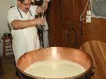 Werner Kaufmann macht auf der Alpe Furx wieder Käse für den Eigenbedarf.