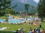 Bei schönem Wetter bleibt das Rätikonbad in Vandans im Juli und August 2011, jeweils am Freitag, bis 22 Uhr geöffnet. (Bild: 27. Juli 2003)
