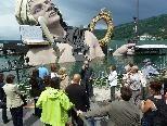 Exkursionsteilnehmer besichtigen das Festspielhaus und die Seebühne