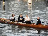 Ruder-Einsteiger absolvieren ihre Probefahrt im Hafenbecken