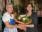 Stadträtin Elisabeth Mathis überreicht Sajda Zivkovic einen Blumenstrauss