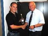 Zum 40-jährigen Dienstjubiläum der Gemeinde Vandans wurde Burkhard Wachter von Vizebürgermeister Michael Zimmermann gratuliert.
