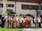 Die Reisegruppe mit Prof. Gerhard Winkler im Innenhof  der Wallfahrtskirche Maria Steinbach.