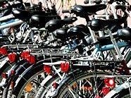 Die Stadt Wien will den Radverkehr unterstützen und fördert Fahrradständer.