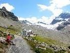 Die Wiesbadener Hütte mit dem Vermunt Gletscher im Hintergrund - über den Rundwanderweg geht es wieder zurück zur Bielerhöhe.