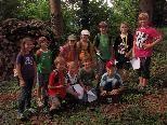 """""""Geocaching for Kids"""" - die Gruppe freut sich über eine erfolgreiche Schatzsuche."""