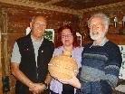 Geschäftsführerin Monika Willinger (Mitte), Werner Sonderegger (rechts) mit Obmannstellvertreter Günter Schleinitz.