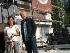 Marianne Dorn und Herbert Dorn vor dem Volkschulgebäude