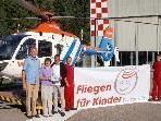 Monika & Gerhard Huber von Wucher Helicopter übergeben Andreas Seeburger ein Kinderflugtag-Startgeld