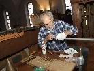Orgelbaumeister Ferdinand Stemmer brachte die Bergöntzle-Orgel wieder auf Vordermann.
