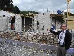 Projektkoordinator Helmut Madlener zeigt der Baufortschritt beim Antoniushaus NEU