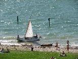 Segel-Schulboot in Not