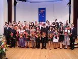 34 glückliche Diplomandinnen und Diplomanden der GKPS Feldkirch mit Guntram Rederer, Markus Wallner und Franz Stadelmann
