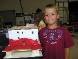 Aaron zeigt voll Stolz seinen Museumsbau
