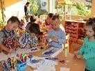 Am ersten Tag im neuen Kindergarten wurde schon fleißig gebastelt und gespielt.