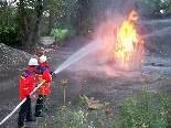 Bei der Bezirksübung mussten die Jugendfeuerwehrler eine brennende Hütte löschen.