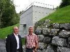 Bgm. Egon Troy und Bauhofleiter Gebhard Vögel vor dem neuen Hochbehälter in der Parzelle Knobel.