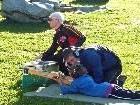 Das Handicap-Biathlon-Ehepaar Hofmann unterstützte die Kinder beim Schießen mit einem Lasergerät, das für Sehbehinderte konzipiert ist.
