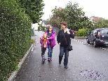 Der Idealfall -  wenn die Mama die Kinder zu Fuß von der Schule abholt und nicht mit dem PKW für Gefahr direkt bei der Schule sorgt.