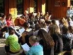 Der Jugendpopchor der Trachtengruppe Lustenau sang sich bei einem Musikcamp für die neue Programmsaison ein.