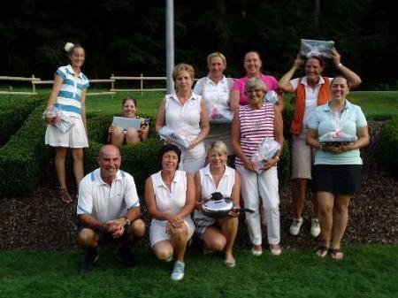 Die Preisträgerinnen mit dem Turniersponsor Raimund