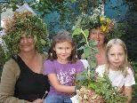 Die Waldfeen Christl und Ilse führen Nina und Sophie in den Zauberwald