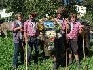 Die Älpler sind mit ihrem Vieh wiederum glücklich im Tal.