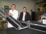 "EPS soltec-Geschäftsführer Richard Hutter (Hörbranz) präsentiert Bgm Josef Moosbrugger die neu entwickelte ""Towersun 128""-Solar-Straßenleuchte."