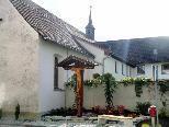 Ein wunderschön gestalteter Kreuzplatz, eine Oase zum Innehalten beim Franziskanerkloster