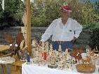 """Einer der Verkäufer beim vergangenen """"Gmesmarkt"""" in Vandans war Toni Gaiser (78) aus Tschagguns. Dem ehemaligen Postbusfahrer liegt das Arbeiten mit Holz im Blut."""