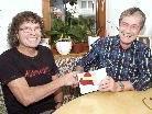 Hans Moosbrugger (re.) übergab seine Geburtstagszuwendungen an Theo Fritsche für Nepal.