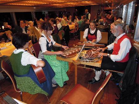 Im Gasthaus Löwen wird volkstümlich musiziert.