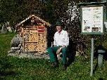 "Kasernenwart Hugo Eller vor ""seinem"" Wildbienenhotel."