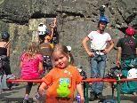 Klein Antonia versuchte sich schon mutig im Klettern