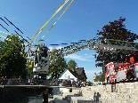 Mit Hilfe der Feuerwehr wurde die Installation von Günther Blenke über dem Emsbach fixiert.