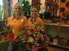 Mode, Unterhaltung, Lifestyle und Blumen waren die Kernthemen der 2. Götzner Lifestylenacht. Filialleiterin Fabienne Waibel (re.) & Bettina Fussenegger freuten sich über zahlreiche Besucher am Garnmarkt