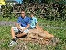 Nils & Jan aus Götzis nutzen den großen Baumstumpf, der von der gefällten Ulme übrig blieb, als Ruheplatz