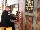 Prof. Bruno Oberhammer an der Rieger-Orgel der Pfarrkirche Höchst.