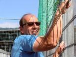 Stadtrat Rauth erklomm ebenfalls das Gitter - die Gefahr ist jetzt gebannt.