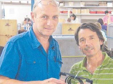 Helmut Johler (l) und Mario Moratti in der Metallwerkstatt der Arbeitsprojekte: Sozialarbeit ist ein Teil ihres Auftrags.