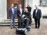 Übergabe des Elektro-Scooters an Frater Bernhard im Klosterhof der Mehrerau.