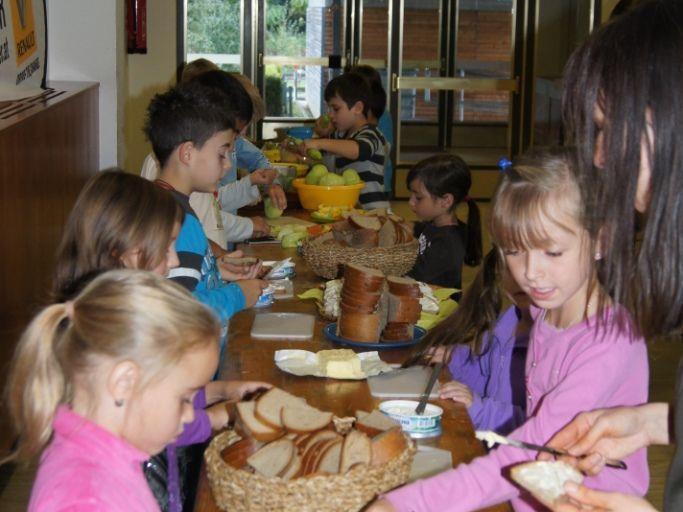 Die gesunde Jause mundet den Kindern  aus der VS Ludesch.