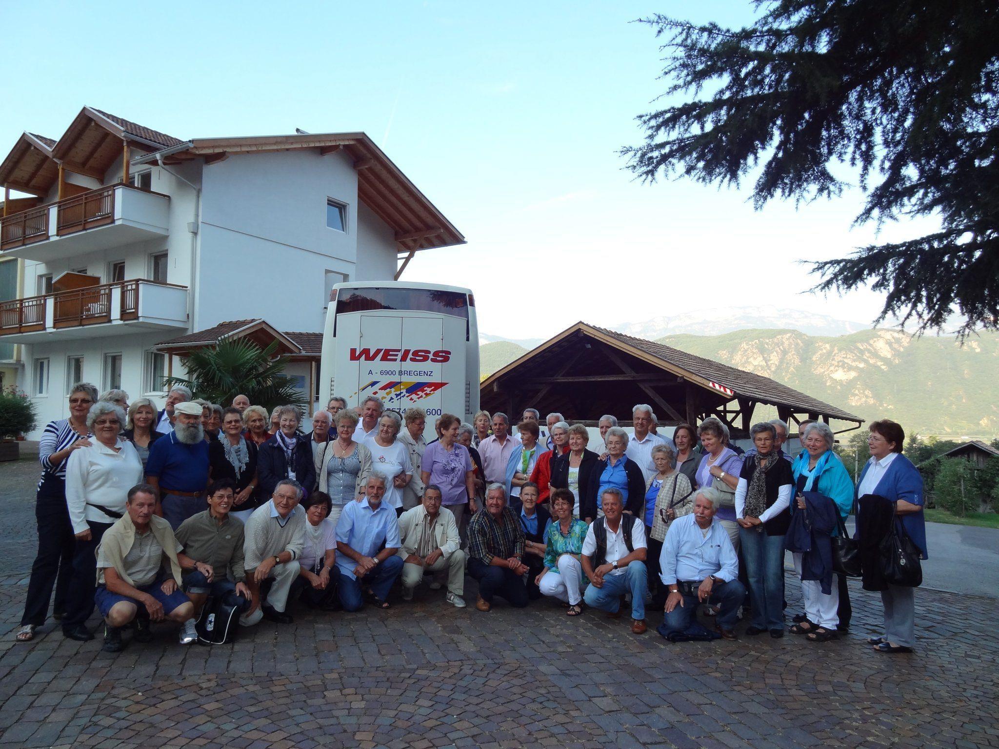 Die fröhliche Schar der Südtiroler vor der Fahrt an den Gardasee