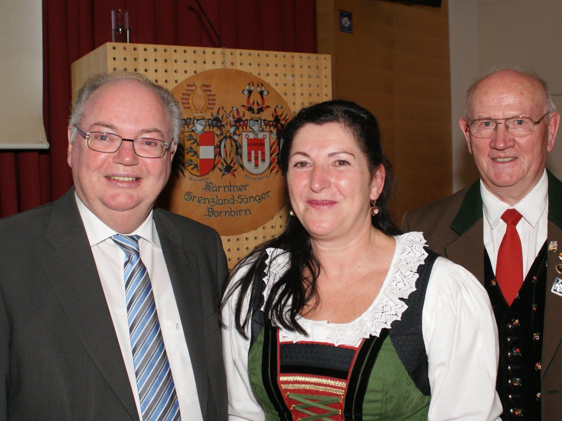 Bürgermeister DI Wolfgang Rümmele, Obfrau Margit Halbeisen und EO Fritz Schabus