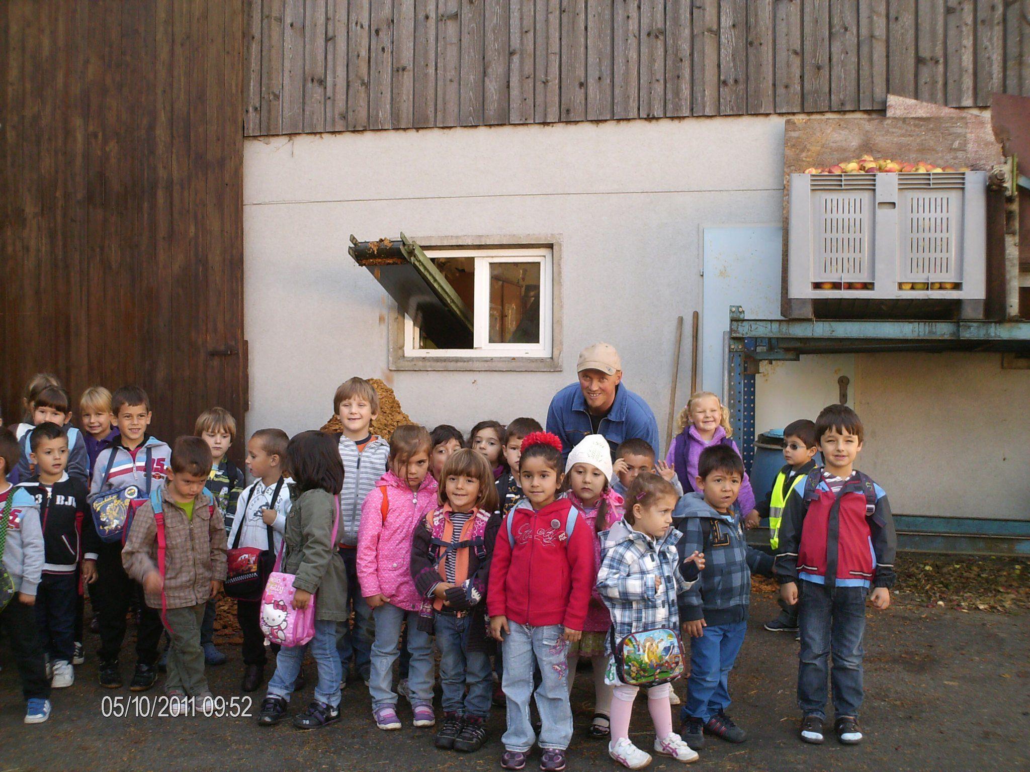 Interessiert zugehört haben die Kindergartenkinder beim Mostereibesuch Schnetzer in Bludesch.