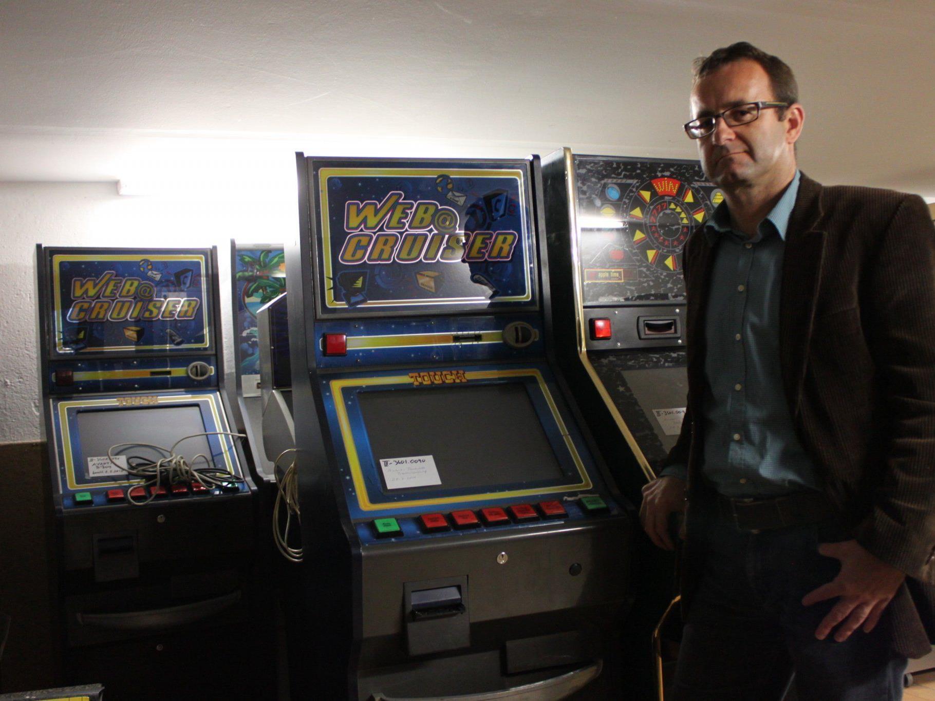 """Arnold Brunner im Keller der BH Bludenz bei den beschlagnahmten """"VLT""""- und Funwechsler-Automaten."""